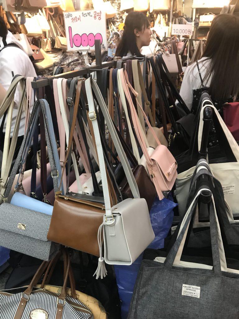 江南ターミナル地下ショッピングモール 鞄